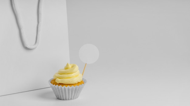 Vooraanzicht van cupcake met verpakkingstas met exemplaarruimte