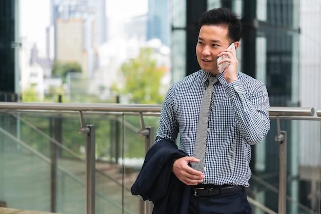 Vooraanzicht van de bedrijfsmens die over telefoon spreekt