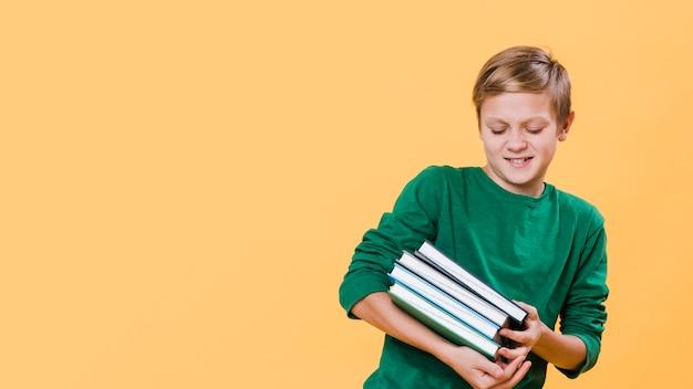 Vooraanzicht van de boeken van de jongensholding met exemplaarruimte