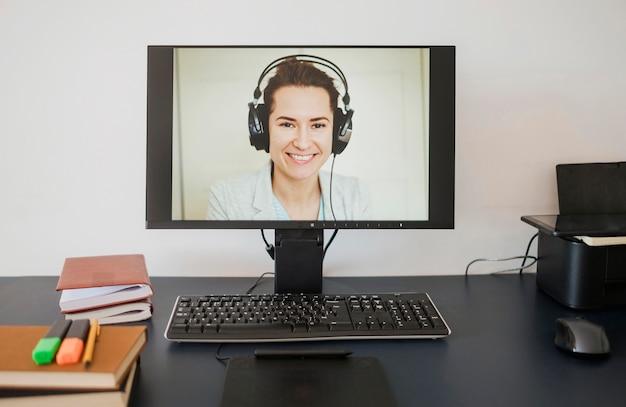 Vooraanzicht van de computer met vrouw klaar voor online klasse