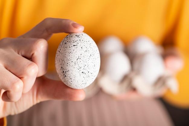 Vooraanzicht van de eieren van de vrouwenholding voor pasen