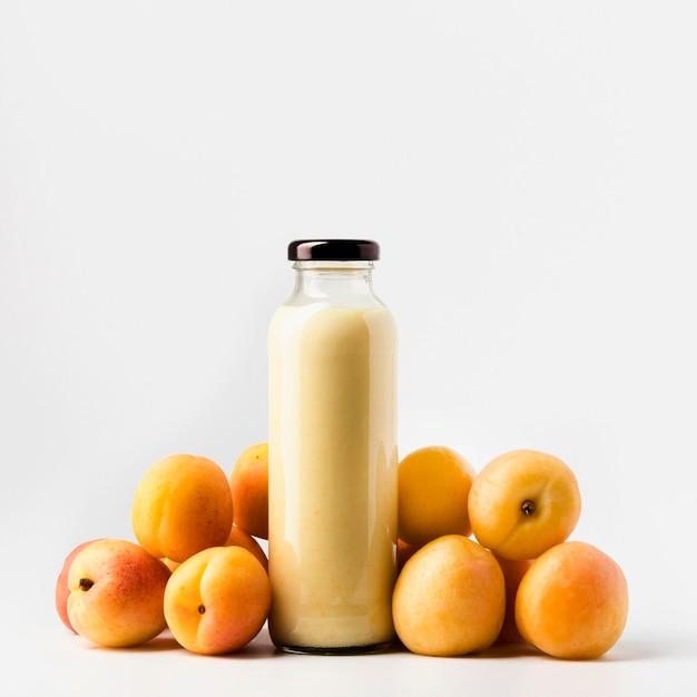 Vooraanzicht van de flessen van het perziksap