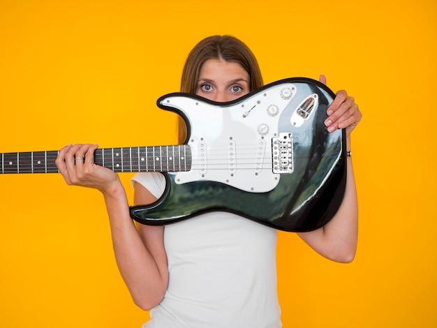 Vooraanzicht van de gitaar van de vrouwenholding