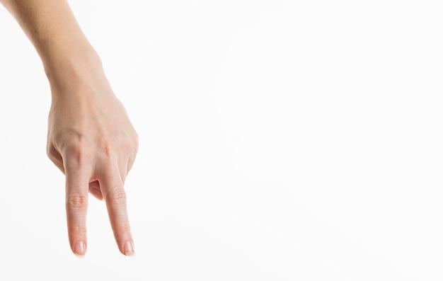 Vooraanzicht van de hand met vredesteken ondersteboven