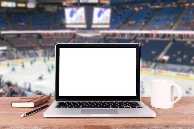 Vooraanzicht van de laptop is op de werktafel wazig achtergrond