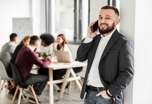 Vooraanzicht van de man praten aan de telefoon