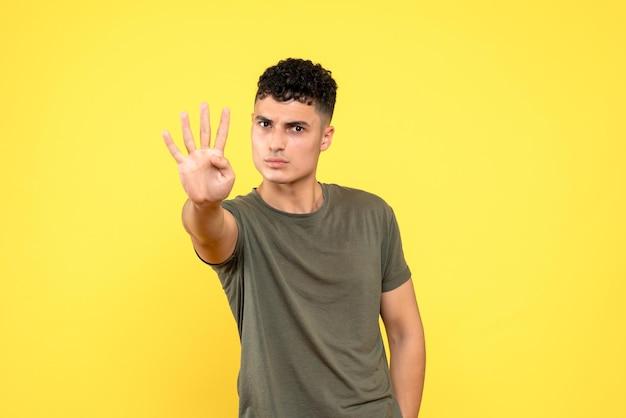 Vooraanzicht van de man toont vier vingers