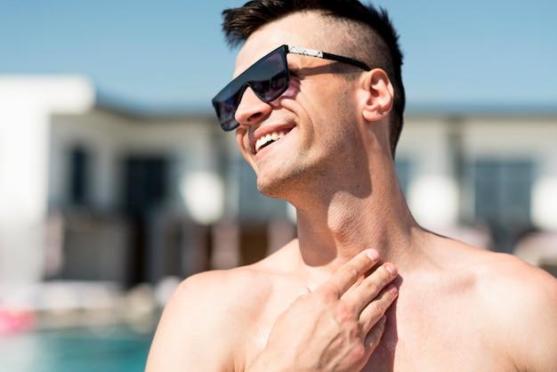 Vooraanzicht van de mens bij zwembad