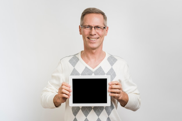 Vooraanzicht van de mens die een tablet houdt