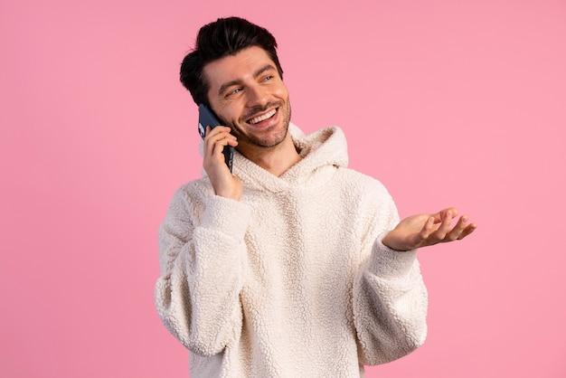 Vooraanzicht van de mens die een telefoontje heeft
