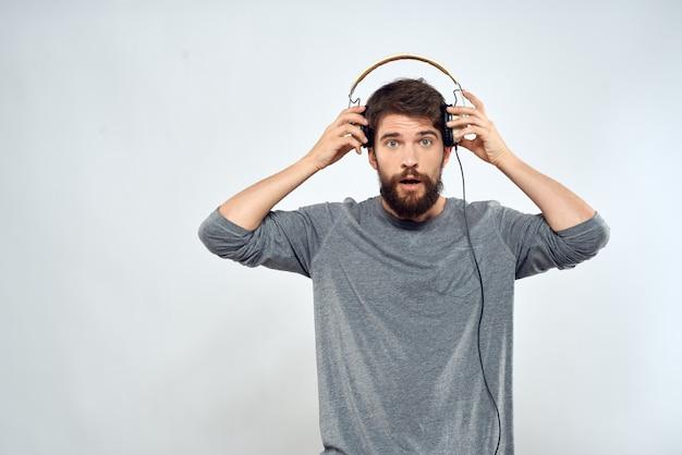 Vooraanzicht van de mens die hoofdtelefoons opzet