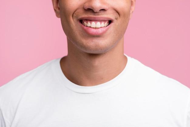 Vooraanzicht van de mens die lacht