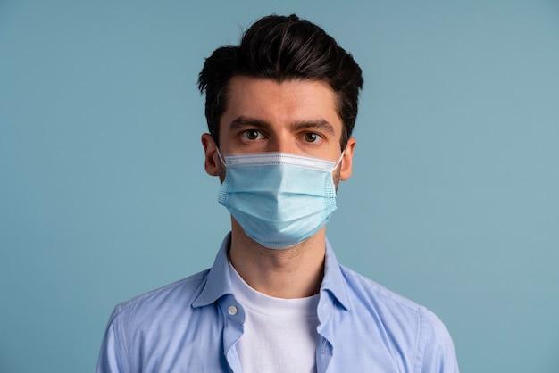 Vooraanzicht van de mens die medisch masker draagt