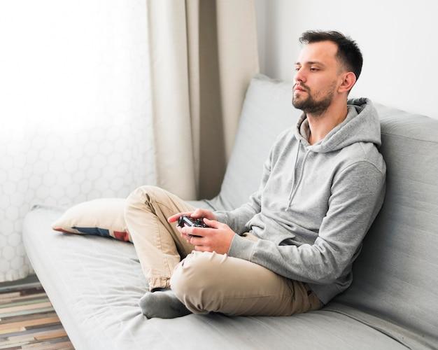 Vooraanzicht van de mens die videospelletjes speelt