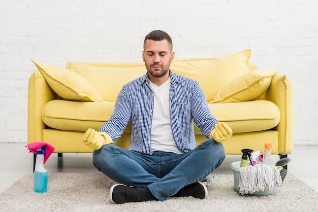 Vooraanzicht van de mens die yoga doet als voorbereiding op het schoonmaken