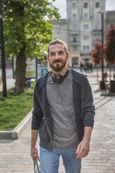 Vooraanzicht van de mens met een koptelefoon in de stad