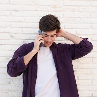 Vooraanzicht van de mens praten op smartphone