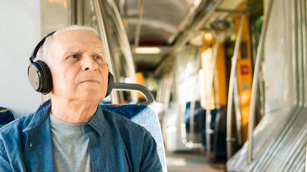 Vooraanzicht van de oude man in het openbaar vervoer