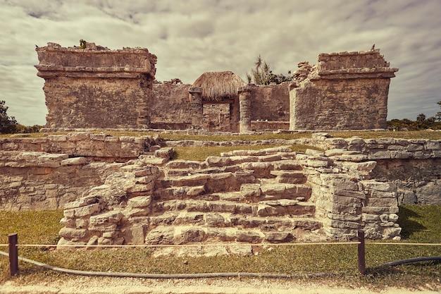 Vooraanzicht van de overblijfselen van een kleine maya-tempel in het tulum-complex in mexico, genomen bij zonsondergang.
