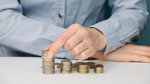 Vooraanzicht van de persoon met munten
