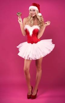 Vooraanzicht van de sexy kerstman met gouden bel