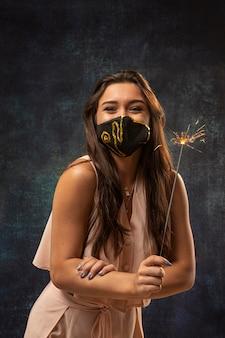 Vooraanzicht van de vrouw die een masker met vuurwerk draagt