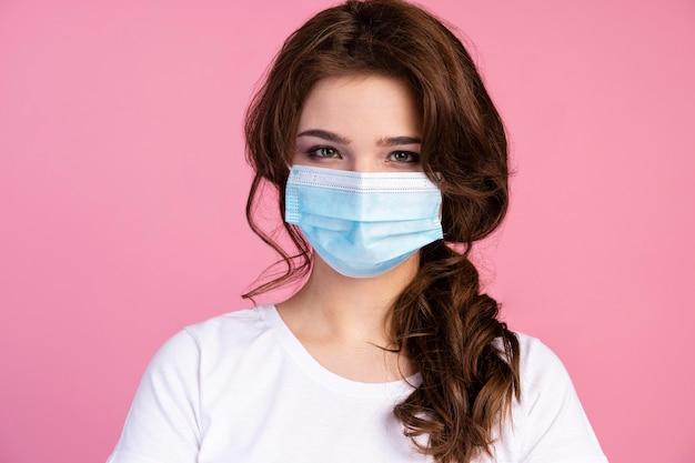 Vooraanzicht van de vrouw die een medisch masker draagt