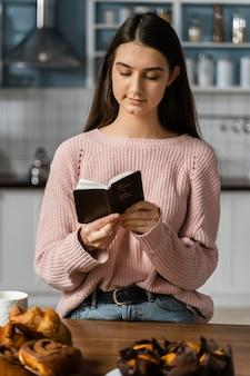 Vooraanzicht van de vrouw die met bijbel bidt