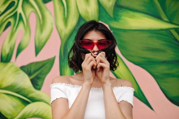 Vooraanzicht van de vrouw die zich dichtbij graffiti bevindt