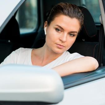 Vooraanzicht van de vrouw in auto