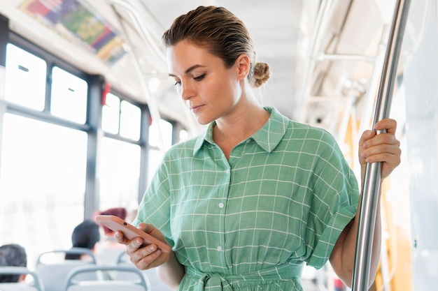 Vooraanzicht van de vrouw in het openbaar vervoer