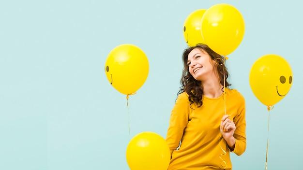 Vooraanzicht van de vrouw met ballonnen