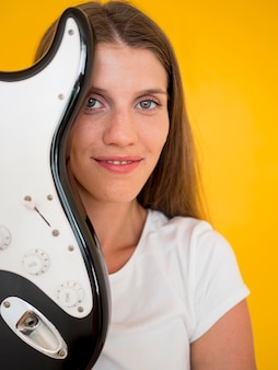 Vooraanzicht van de vrouw met gitaar