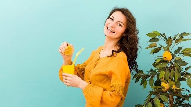 Vooraanzicht van de vrouw met limonade