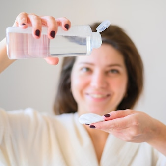 Vooraanzicht van de vrouw met make-up remover