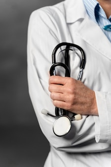 Vooraanzicht van de vrouwelijke arts die stethoscoop houdt