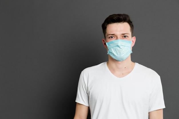 Vooraanzicht van de zieke man met een medisch masker