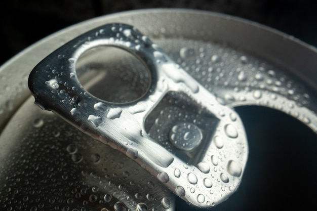 Vooraanzicht van dichtbij open frisdrankblikje cola foto water