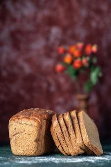 Vooraanzicht van dieet zwart brood bloempot op blauwe kastanjebruine kleuren achtergrond