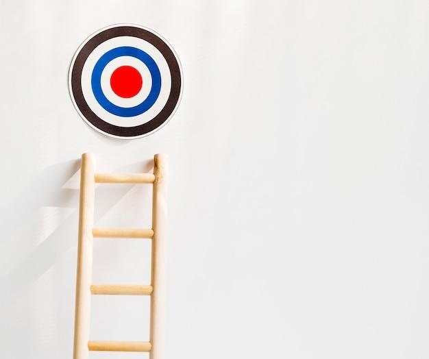 Vooraanzicht van doel met houten ladder en kopie ruimte