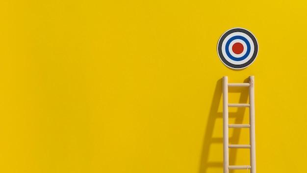 Vooraanzicht van doel met ladder die het bereikt en exemplaarruimte