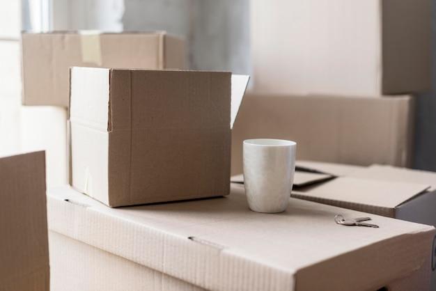 Vooraanzicht van dozen klaar om uit proces te verhuizen