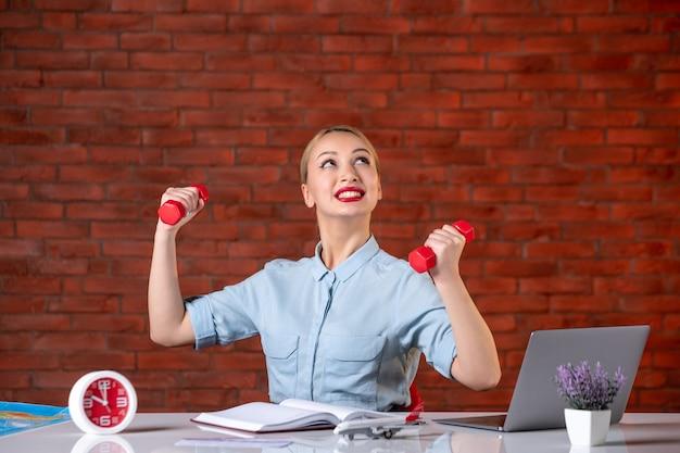 Vooraanzicht van dromend reisbureau met rode halters assistent-kaart professioneel trainingsbureau manager sport baan atleet bezetting wereldwijd