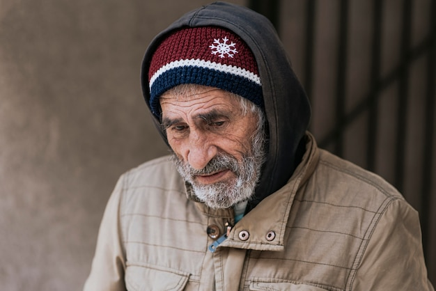 Vooraanzicht van een bebaarde dakloze man
