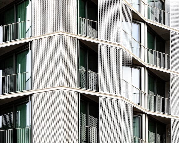 Vooraanzicht van een eenvoudige betonnen constructie in de stad