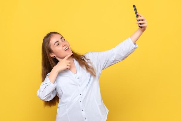 Vooraanzicht van een gewone vrouw die selfie neemt