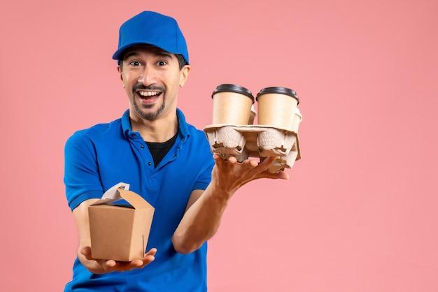 Vooraanzicht van een glimlachende mannelijke bezorger die een hoed draagt die bestellingen geeft