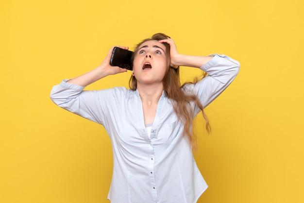 Vooraanzicht van een jonge vrouw die aan de telefoon praat