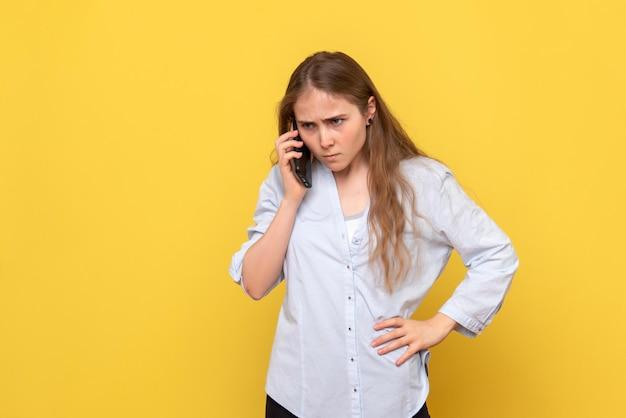 Vooraanzicht van een jonge vrouw die boos aan de telefoon praat