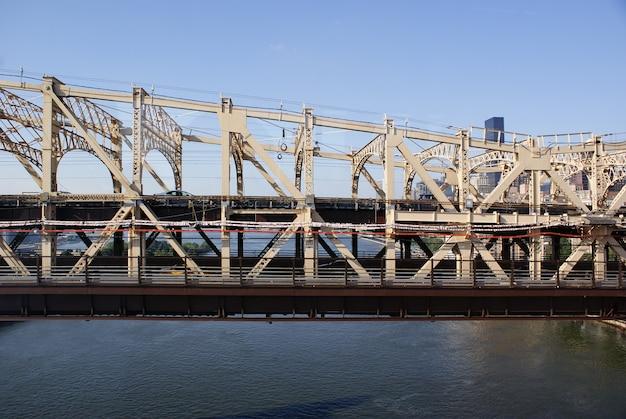 Vooraanzicht van één kant van de queensboro-brug bij middag met doorgang van verlaten voertuigen